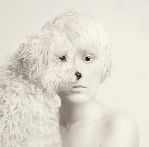 Flora Borsi autoportraits avec des animaux